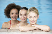 Three Female Friends In Swimming Pool — Stock Photo