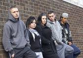 Duvara yaslanmış gençler bir çete — Stok fotoğraf