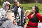 Gang młodzież siedzi na samochody — Zdjęcie stockowe