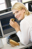 Businesswoman Enjoying Sandwich During Lunchbreak — Stock Photo