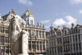 The lion sculpture and tower on Grand Place or Grote Markt in Brussels. Belgium — Stock Photo