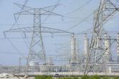 Elektrické sloupy a elektrárna — Stock fotografie
