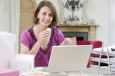 Woman eating lunch at her desk — Stock Photo