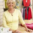 prodejní asistent v obchod s oblečením — Stock fotografie