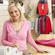 kobieta sprzedawczyni w sklepie odzieżowym — Zdjęcie stockowe