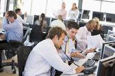 Meşgul hisse senedi yatırımcılarına office görünümü — Stok fotoğraf