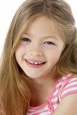 工作室的微笑着的女孩画像 — 图库照片