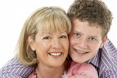 Studio portret van lachende tiener met moeder — Stockfoto