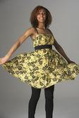 おしゃれな服装の 10 代の少女のスタジオ ポートレート — ストック写真