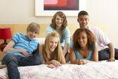 Yatak odasında asılı beş genç arkadaş grubu — Stok fotoğraf