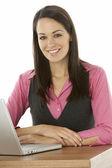 žena podnikatelka pomocí přenosného počítače na stůl — Stock fotografie