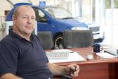 Showroom oturan araba satıcısı — Stok fotoğraf
