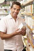 Masculino cliente comprar chá de ervas — Foto Stock