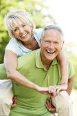 Couple mature s'amuser dans la campagne — Photo