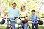 Ouders en zoon op cyclus rit in het park — Stockfoto