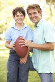 Baba ve oğul birlikte amerikan futbol oynama — Stok fotoğraf