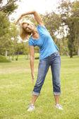 üst düzey kadın parkta egzersiz — Stok fotoğraf
