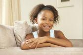 Junges mädchen auf sofa zu hause entspannen — Stockfoto