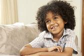 若い男の子の家のソファーでリラックス — ストック写真