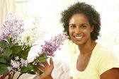 Vrouw bloem schikken thuis — Stockfoto
