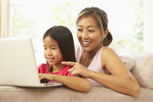 Mother And Daughter Using Laptop At Home — Стоковое фото