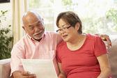 Senior koppel bespreken document thuis — Stockfoto