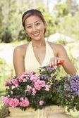 Jeune femme travaillant dans le jardin — Photo