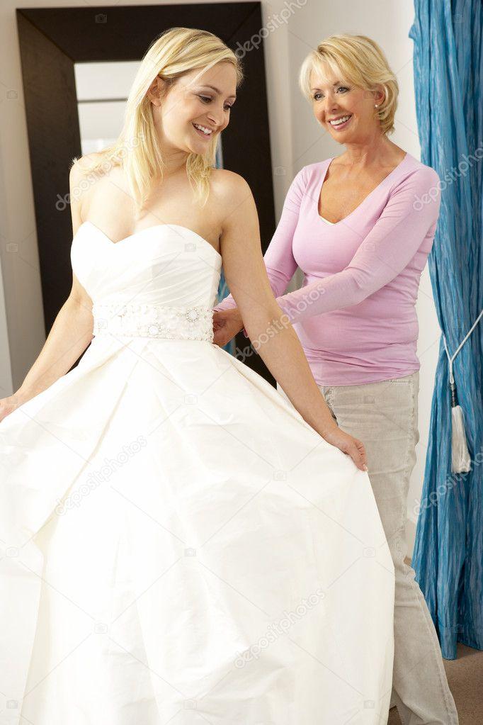 Фото девушки выбирающей платье