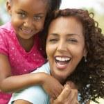 Portret van moeder en dochter in park — Stockfoto