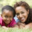 Portrait de la mère et la fille dans le parc — Photo