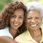 äldre kvinna med vuxen dotter i park — Stockfoto