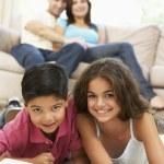 kinderen lezen boek thuis — Foto de Stock