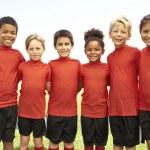 niños y niñas en el equipo de fútbol — Foto de Stock