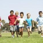 Grupo de niños corriendo en el parque — Foto de Stock