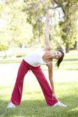 公園で運動若い女性 — ストック写真