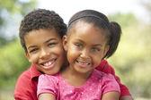 Ritratto di fratello e sorella nel parco — Foto Stock