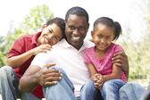 Padre con i bambini nel parco — Foto Stock