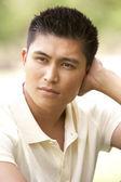 Parkta oturan genç adam portresi — Stok fotoğraf