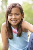 Retrato de jovem no parque — Fotografia Stock