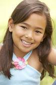 公園で若い女の子の肖像画 — ストック写真