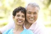 портрет пожилые супружеские пары, в парке — Стоковое фото