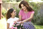 Moeder en dochter samen tuinieren — Stockfoto