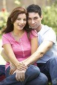 Jovem casal no jardim — Foto Stock
