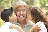 Dědeček s vnoučaty v zahradě — Stock fotografie