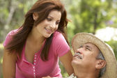 Senior man met volwassen dochter in tuin — Stockfoto