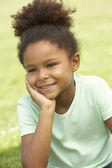 Retrato de joven sentada en el parque — Foto de Stock