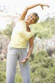 年配の女性が公園で運動 — ストック写真