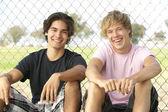Adolescents assis dans — Photo