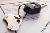 Clés de voiture sur les documents d'assurance — Photo