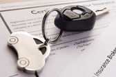 Autosleutels op autoverzekeringsdocumenten — Stockfoto